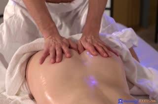 Пошлая девка решила попробовать трах на массаже №529